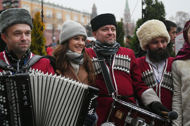 Участники городского фестиваля «Россия объединяет» в рамках празднования Дня народного единства, на Манежной площади в Москве