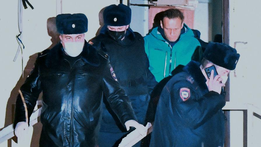 Сотрудники полиции выводят Алексея Навального из здания 2-го отдела полиции Управления МВД России по городу Химки, где прошел суд, вынесший ему 30 суток ареста, 18 января 2021 года