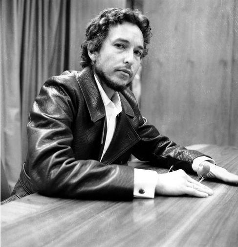 Влияние Боба Дилана (урожденного Роберта Аллена Циммермана) на сегодняшнюю культуру невозможно переоценить. Он начинал с фолка в духе своего кумира Вуди Гатри и в этом качестве стал народным героем. Однако Дилан никогда не придавал слишком много значения мнению слушателей и с легкостью выходил из привычного амплуа.