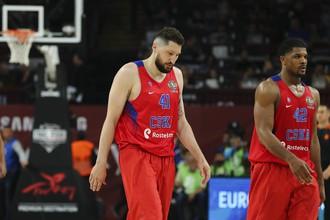 Игроки баскетбольного ЦСКА Никита Курбанов и Кайл Хайнс уныло бредут по паркету «Синан Эрдем Даум» после неожиданного поражения «Олимпиакосу» в полуфинале Евролиги