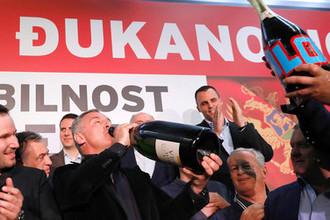 Лидер черногорской Демократической партии социалистов Мило Джуканович в Подгорице со сторонниками после президентских выборов в стране, 15 апреля 2018 года