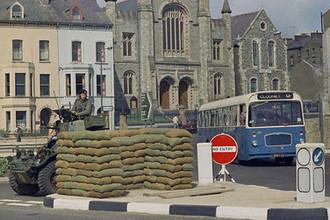 Британский солдат в бронированной машине у баррикад в Белфасте, август 1969 года