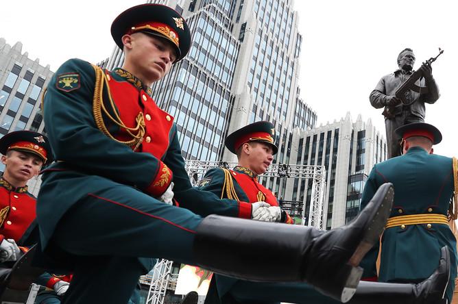 Церемония открытия памятника Михаилу Калашникову в центре Москвы, 19 сентября 2017 года