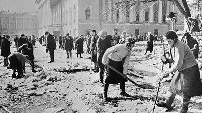 Ленинградцы убирают лед у театра драмы имени А.С.Пушкина, март 1943 года