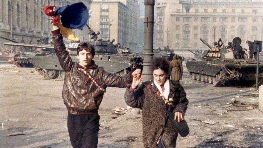 Мужчина и женщина во время перестрелки в центре Бухареста, 24 декабря 1989 года