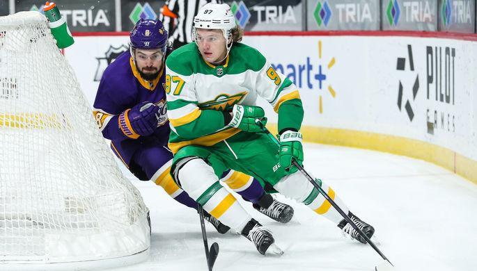 Нападающий «Миннесоты» Кирилл Капризов против защитника «Лос-Анджелес Кингз» Дрю Даути в матче НХЛ