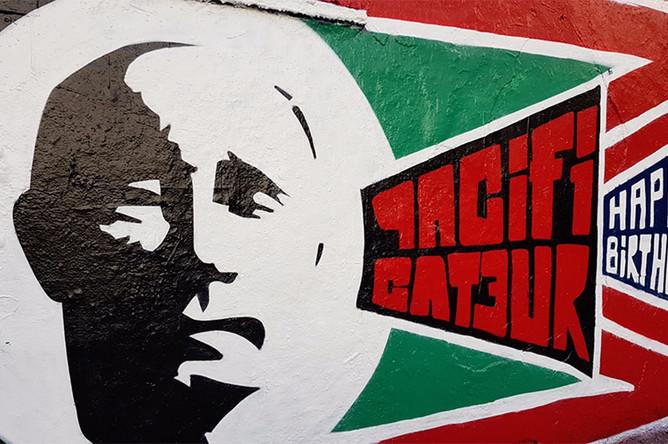 Поздравительное граффити на одной из улиц Парижа, 6 октября 2017
