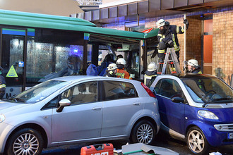 Спасатели на месте столкновения школьного автобуса со зданием в городе Эбербах, Германия, 16 января 2018 года