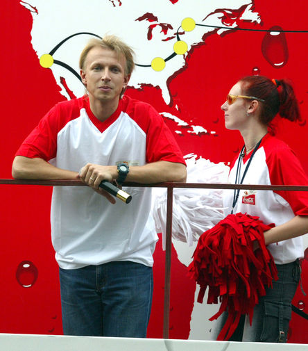 В 1998 году Антон Комолов стал широко известен как один из ведущих телеканала Mtv, открывшего свое отделение в России. С 2002 года он начал вести утреннюю программу «Только так шоу» на радио «Европа+», а с 2004 года – вечернее ток-шоу «Полная версия»