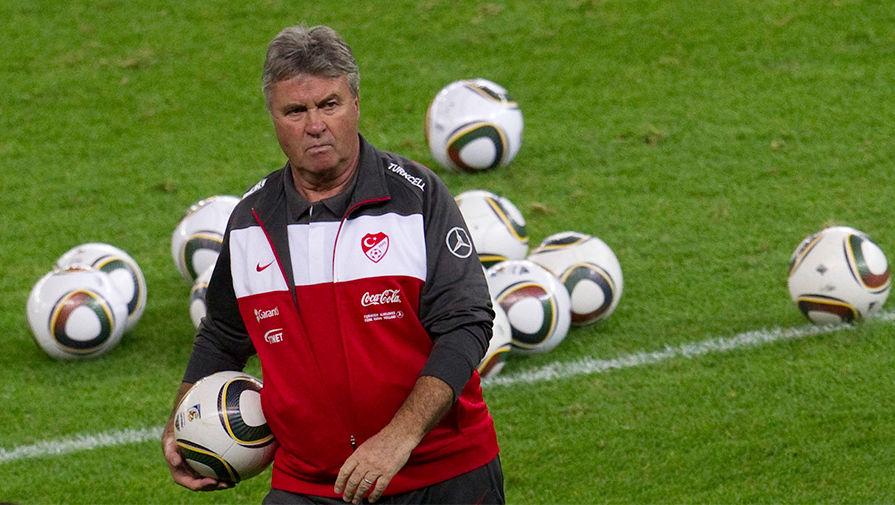 Главный тренер сборной Турции Гус Хиддинк во время тренировки, 2010 год