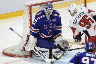 Егор Коршков (№96) не раз продавливал хоккеистов СКА в первых двух матчах, но пока не забросил в этой серии