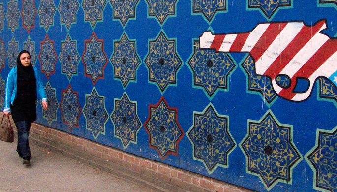 Граффити на стене бывшего американского посольства в центре Тегерана, 2008 год