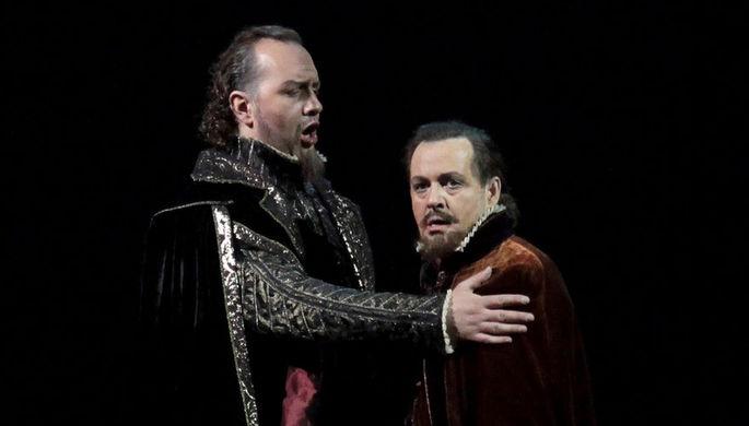 Михаил Петренко (Филипп II) и Александр Гергалов (Родриго) в сцене из оперы Джузеппе Верди...