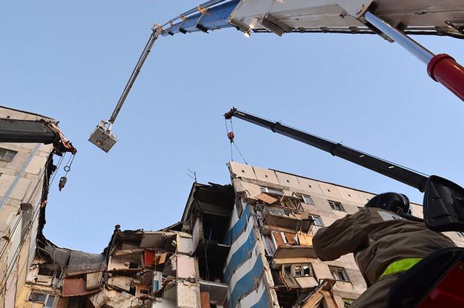 На месте разбора завалов в результате взрыва газа в жилом доме, 1 января 2019 года