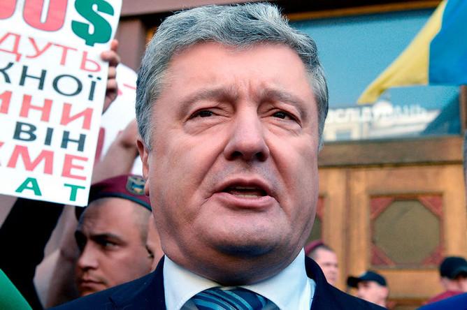 Бывший президент Украины Петр Порошенко около здания Государственного бюро расследований Украины