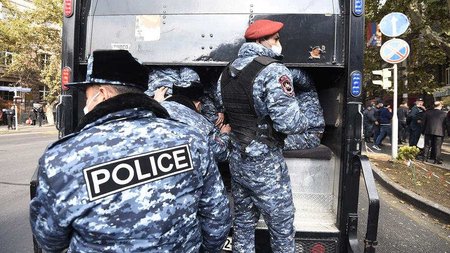 Сотрудники полиции на месте акции протеста оппозиции в Ереване, 19 ноября 2020 года