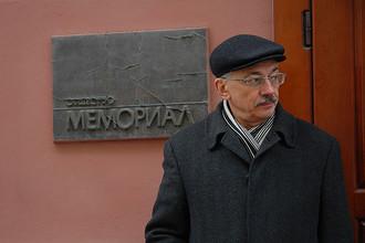 Глава правозащитного центра «Мемориал» Олег Орлов у здания организации