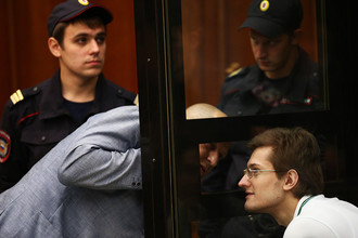 Ярослав Белоусов (справа), обвиняемый по делу о массовых беспорядках на Болотной площади 6 мая 2012 года