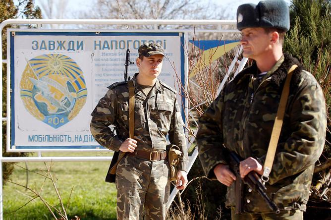 Украинские военнослужащие на территории военного объекта в 80 километрах юго-западнее Симферополя