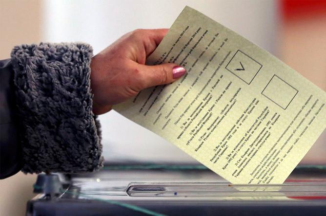 Голосование на одном из избирательных участков во время референдума о статусе Крыма в Севастополе
