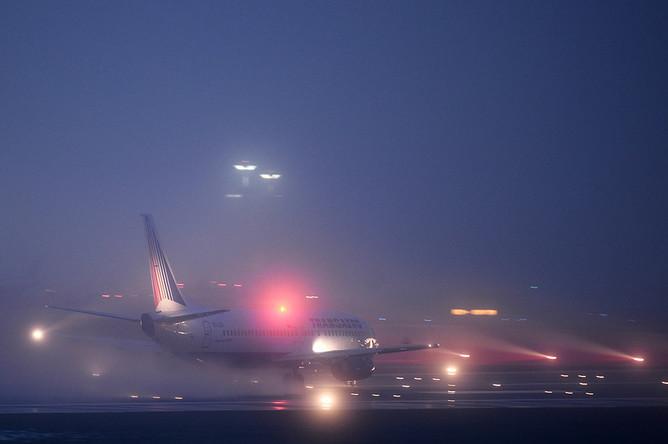 Самолет «Боинг-737» совершает взлет в тумане в аэропорту Внуково