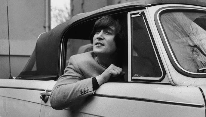 Во время учебы в школе 16-летний Леннон создал скиффл-группу The Quarrymen, в которую пришли играть Пол Маккартни и Джордж Харрисон