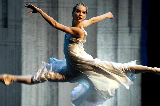 Диана Вишнева (Золушка) в сцене из балета «Золушка» в рамках трехактного вечера «Двадцать» на сцене Большого театра, 2015 год