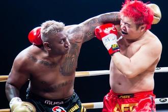 Первый бой в жизни по правилам муай-тай одновременно стал последним для Прадипа Субраманиана (слева)