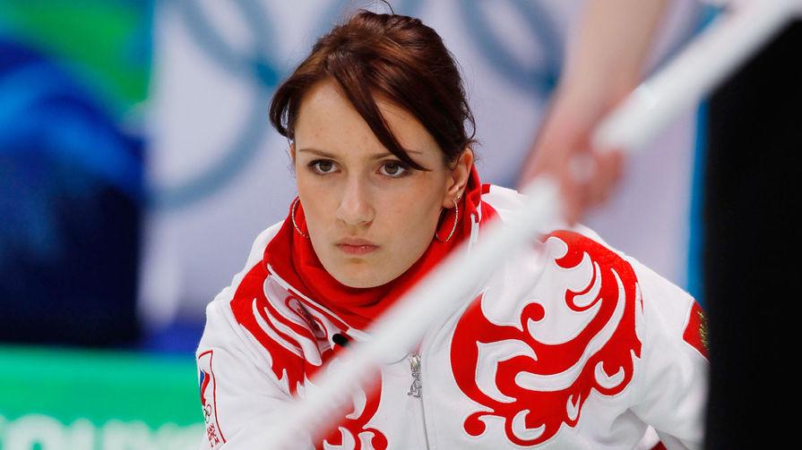 На Играх в Ванкувере Сидорова дважды заменяла капитана команды, тем самым, в 19 лет став самым молодым скипом в истории керлинга. На фото: Анна во время матча группового этапа соревнований по керлингу между сборными России и США на XXI зимних Олимпийских играх