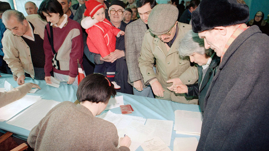 Жители Грузии во время голосования в Тбилиси, 31 марта 1991 года