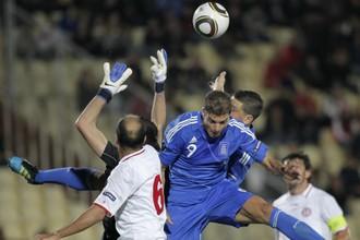 Вратарь сборной Грузии Нукри Ревишвили в противоборстве с греческим форвардом Ангелосом Харистеасом