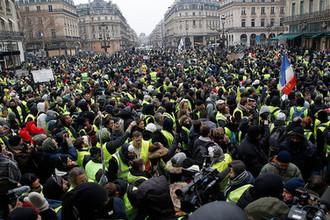 Участники акции протеста движения автомобилистов «желтые жилеты» в Париже, 15 декабря 2018 года