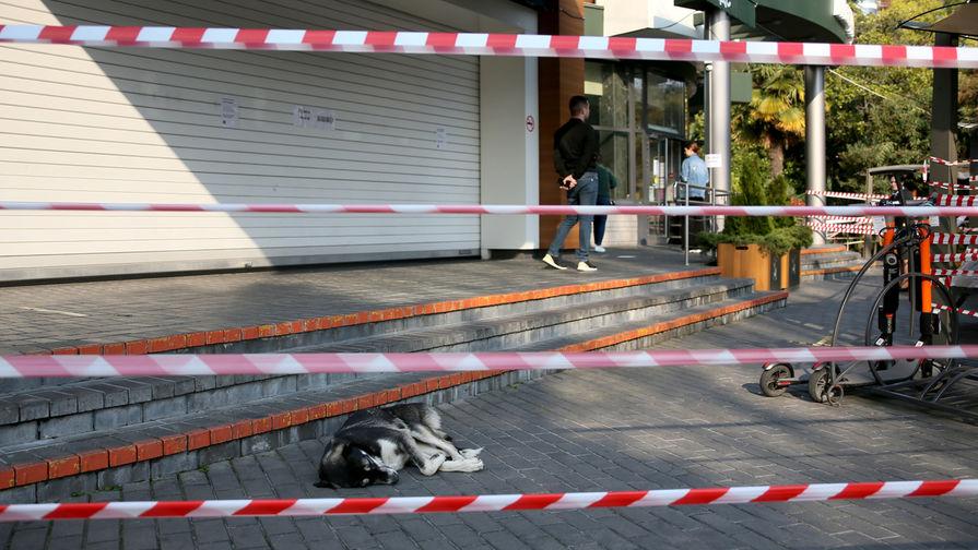 Огороженная территория закрытого для посетителей ресторана в Сочи