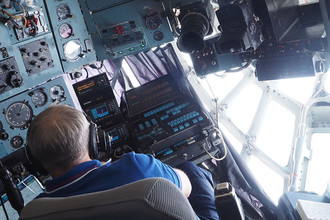 Пилот борта МЧС России во время перелета в Иркутск для участия в поиске самолета Ил-76 МЧС России