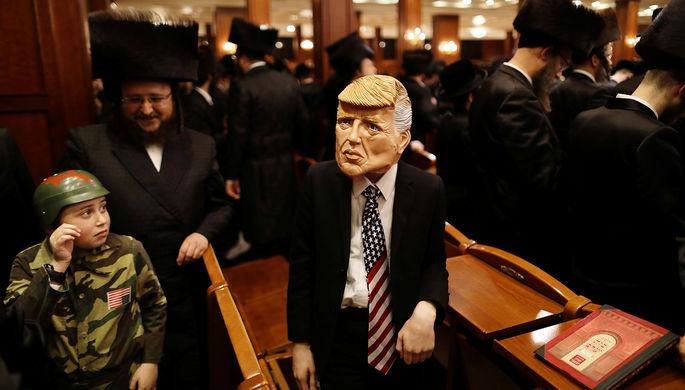 Мальчик в маске президента США Дональда Трампа во время еврейского праздника Пурим в Иерусалиме, март 2017 года