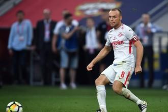 Капитан «Спартака» Денис Глушаков контролирует мяч в матче чемпионата России