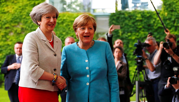 Премьер-министр Великобритании Тереза Мэй и канцлер ФРГ Ангела Меркель во время встречи в Берлине...