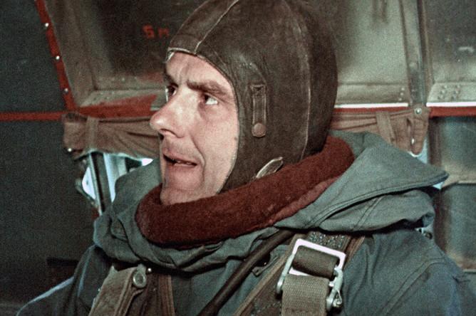 Летчик-космонавт СССР Владимир Комаров в самолете перед тренировочным парашютным прыжком, 1964 год