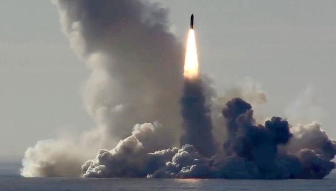 Залповый пуск баллистических ракет «Булава» с подводного крейсера «Юрий...