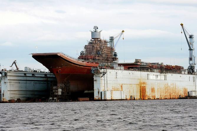 Авианосец «Адмирал Кузнецов» в плавучем доке ПД-50 судоремонтного завода Росляково под Мурманском, август 2010 года