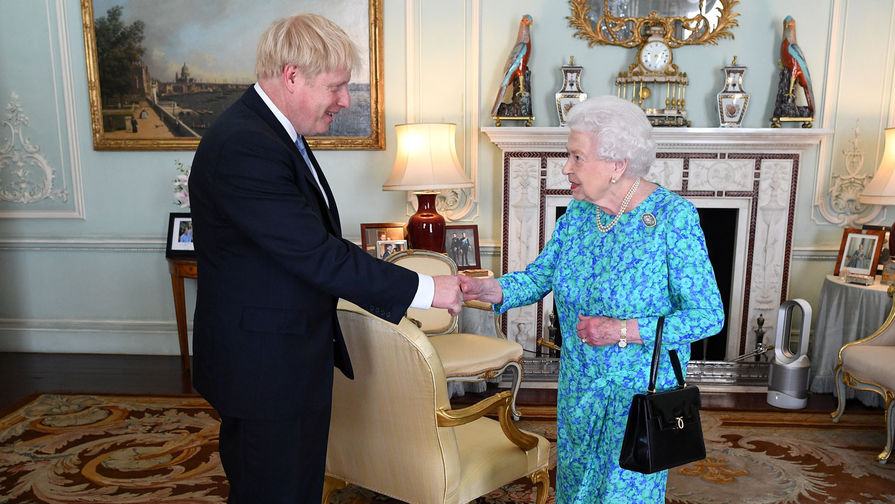 Джонсон извинился перед королевой за приостановку работы парламента