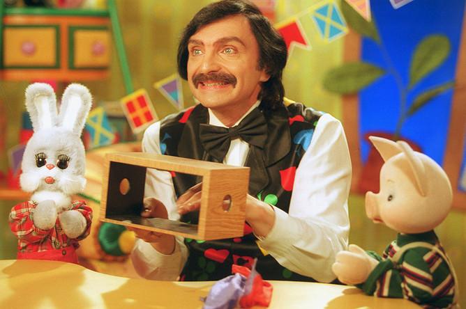 В 1996–2001 годах Амаяк Акопян был ведущим передачи «Спокойной ночи, малыши!»