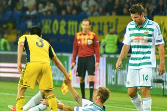 Перед футболистами венского «Рапида» (в бело-зеленом) стоит непростая задача в ответном поединке с «Аяксом»