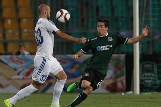 Краснодарский опорник Маурисио Перейра (справа) против Роберта Виттека в первом матче против «Слована»