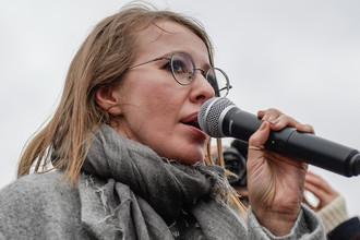 Телеведущая Ксения Собчак выступает на митинге «За образование и науку» на площади Ленина в Санкт-Петербурге