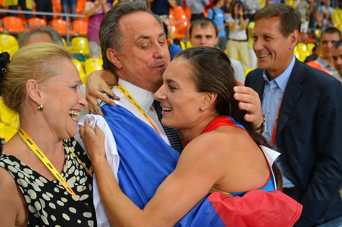 Виталий Мутко поздравляет Елену Исинбаеву с победой в финальных соревнованиях по прыжкам с шестом среди женщин на чемпионате мира по легкой атлетике в Москве, 2013 год