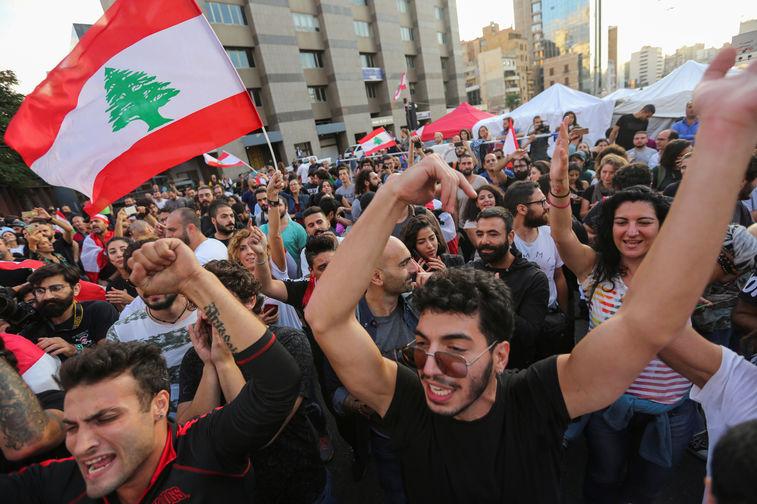 Участники антиправительственных акций протеста в Бейруте после заявления премьер-министра Ливана Саада Харири об отставке, 29 октября 2019 года