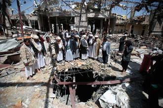Последствия авианалета коалиции, возглавляемой Саудовской Аравией, в столице Йемена Сане