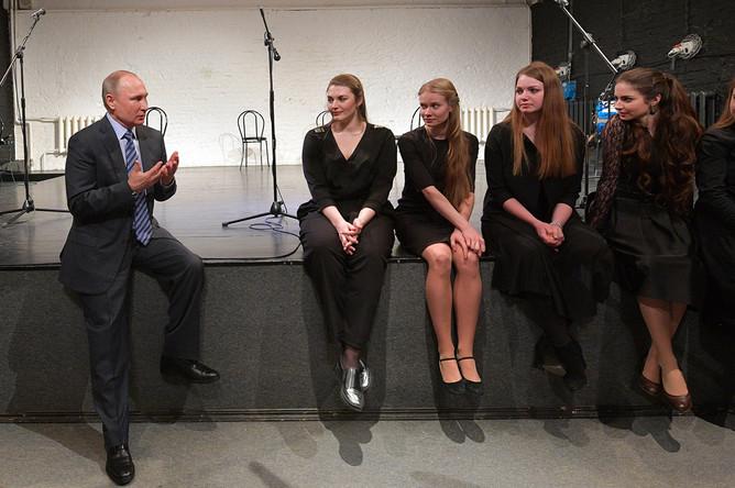 Владимир Путин общается с молодыми актерами во время посещения музея Высоцкого на Таганке, 24 января 2018 года