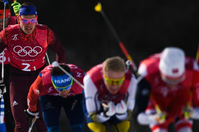 Спортсмены на дистанции эстафеты 4x10 км среди мужчин в соревнованиях по лыжным гонкам на XXIII зимних Олимпийских играх. Слева- российский спортсмен Андрей Ларьков